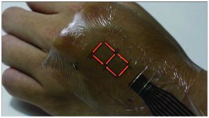 Электронная кожа позволяет сделать из руки дисплей