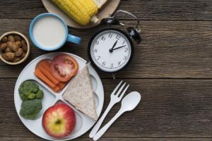 Прием пищи в «неправильное время» влияет на вес и суточные биоритмы